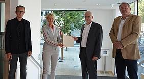 Regierungspräsidentin Dorothee Feller überreichte gestern in Münster den Förderbescheid an Bürgermeister Werner Stödtke.